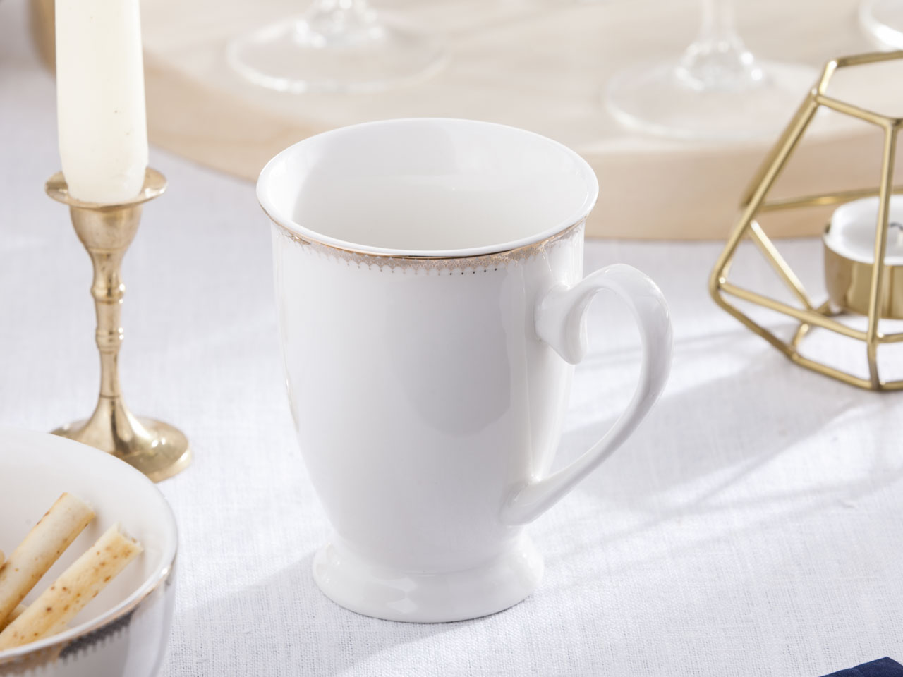 Kubek do kawy i herbaty na stopce z porcelany Altom Design Bella Złota Girlanda 300 ml