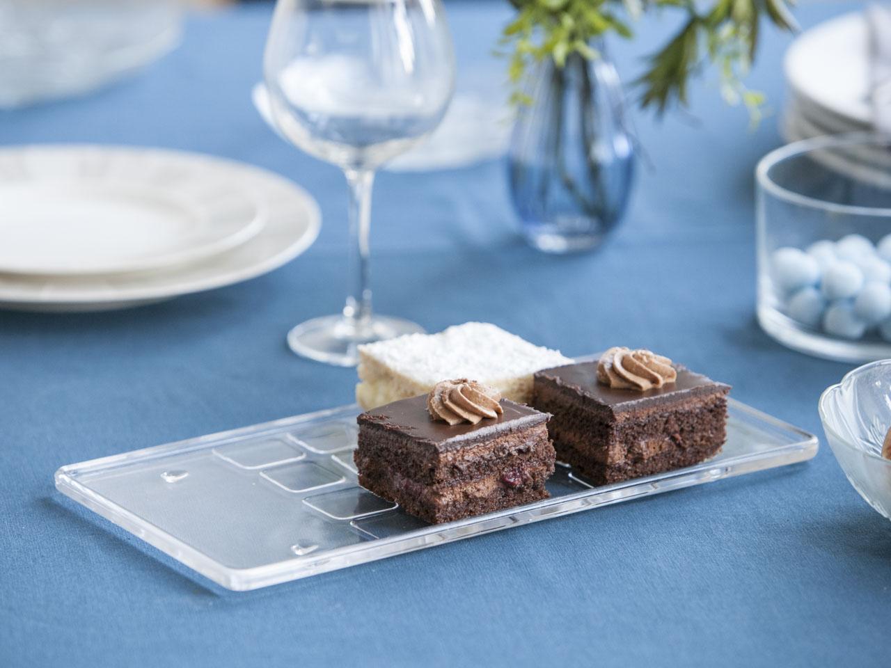 Tortownica / talerz szklany na ciasto niski prostokątny na nóżkach z kwadratami 32 cm