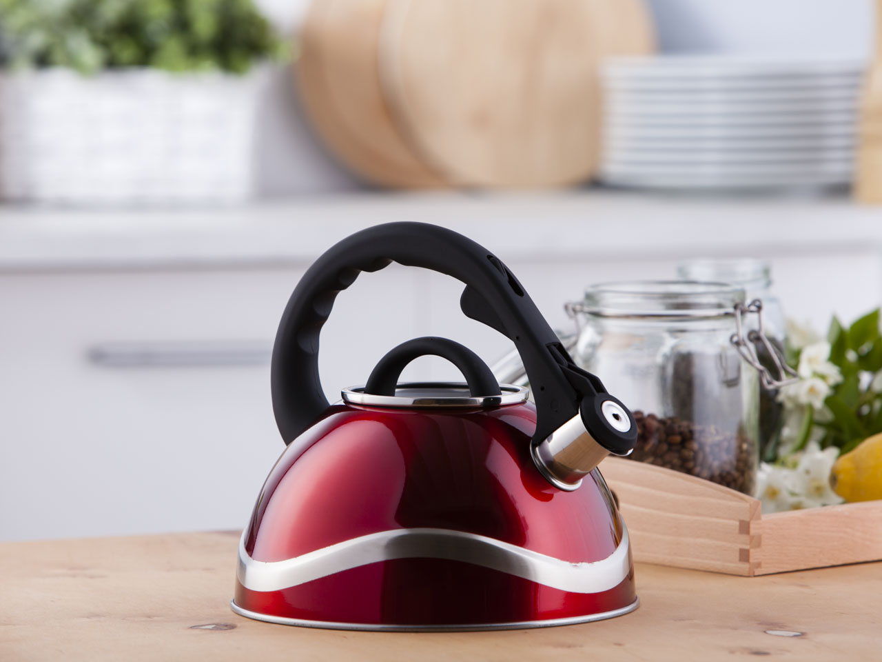 Stainless steel whistling kettle Tango red 2,8l.