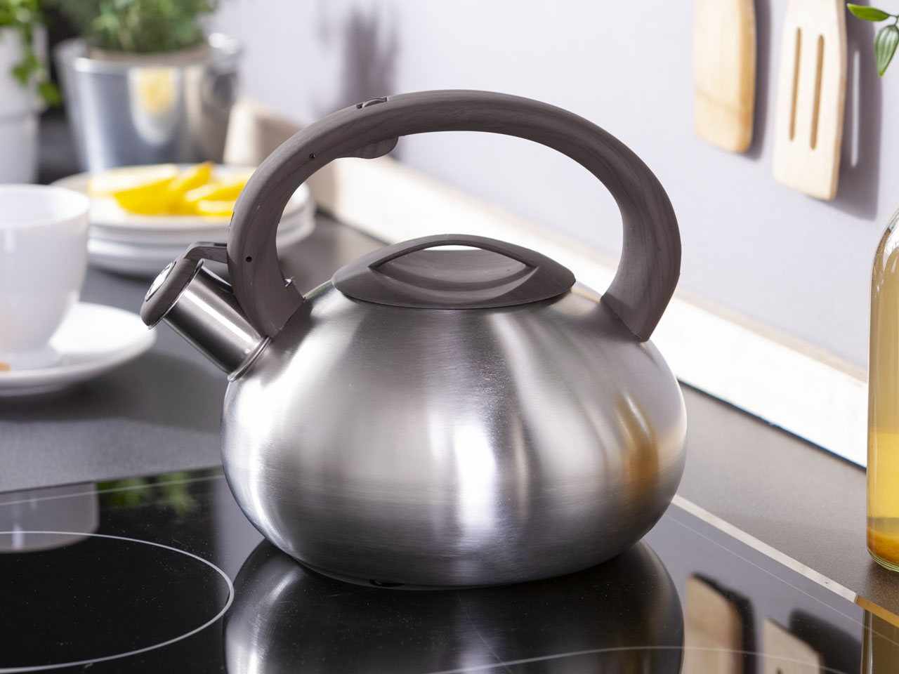 Stainless steel whistling kettle Natura Dark 2,5l.