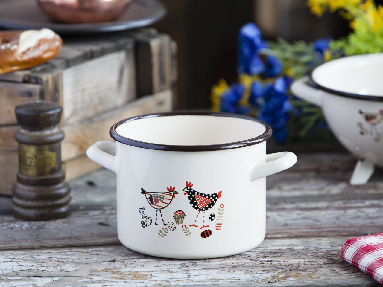 Enamelled pot 2,2l 16cm cream color with Hen decor
