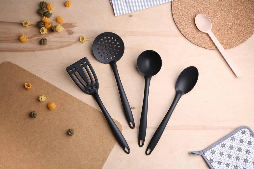 Nylonowa łyżka cedzakowa / szumówka Altom Design czarna