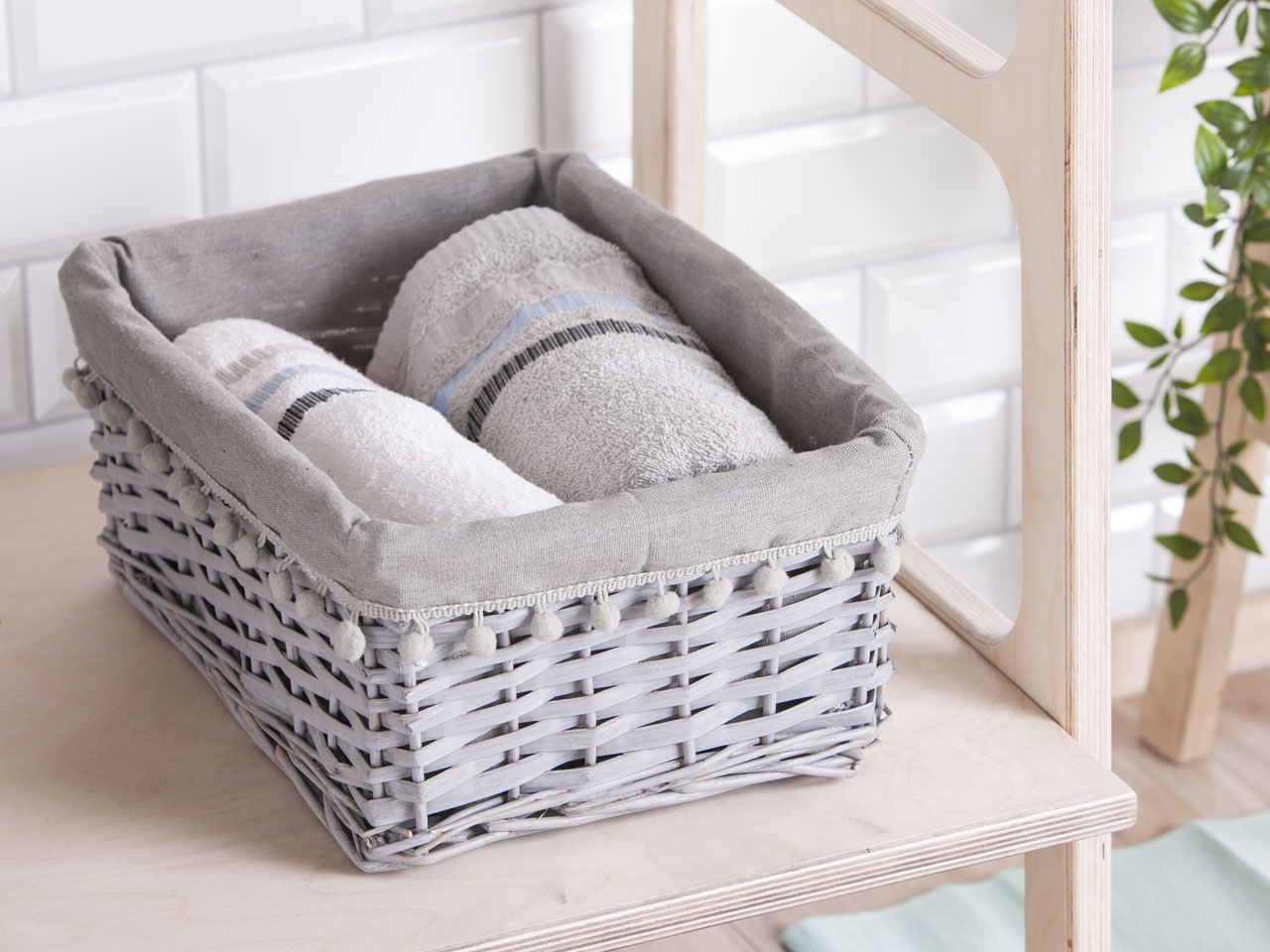 Koszyk do przechowywania wiklinowy materiałowa wyściółka z pomponami Altom Design szary 36x27x16 cm