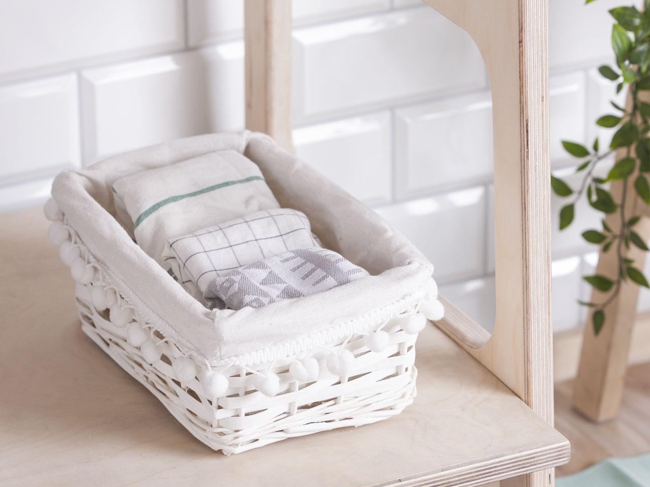 Koszyk do przechowywania wiklinowy materiałowa wyściółka z pomponami Altom Design biały 24x16x11 cm
