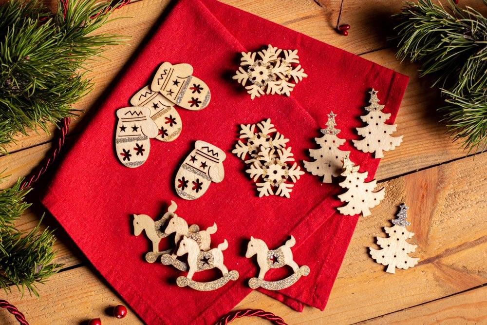 Ozdoba świąteczna / drewniane zawieszki na choinkę Boże Narodzenie Altom Design 4x4,5 cm (16 sztuk)